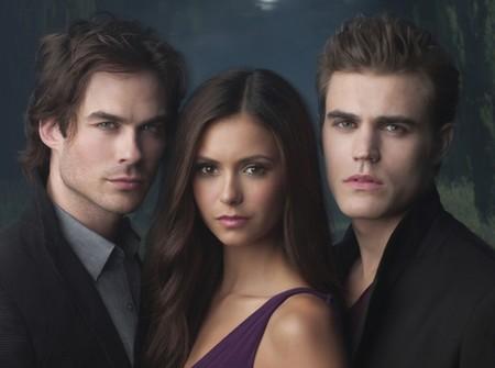 Elena (Nina Dobrev) entourée des frères vampires, Damon (Ian Somerhalder) et Stefan (Paul Wesley)