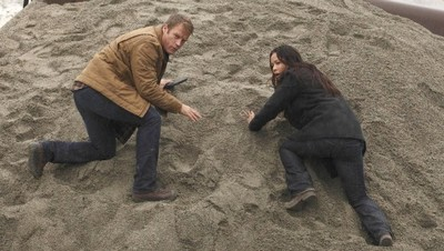 Mark Valley et Moon Bloodgood seuls sur le sable... (Human Target)